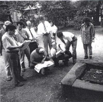 岩殿観音にある天水桶の台座:武州鼻緒騒動の前年の1842(天保13)年に、周辺村々の長吏たちが奉納した天水桶の台座には、奉納者の名前が刻まれている。